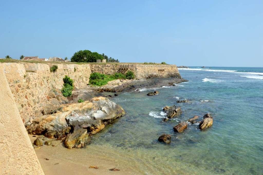 Каменная стена вдается в море
