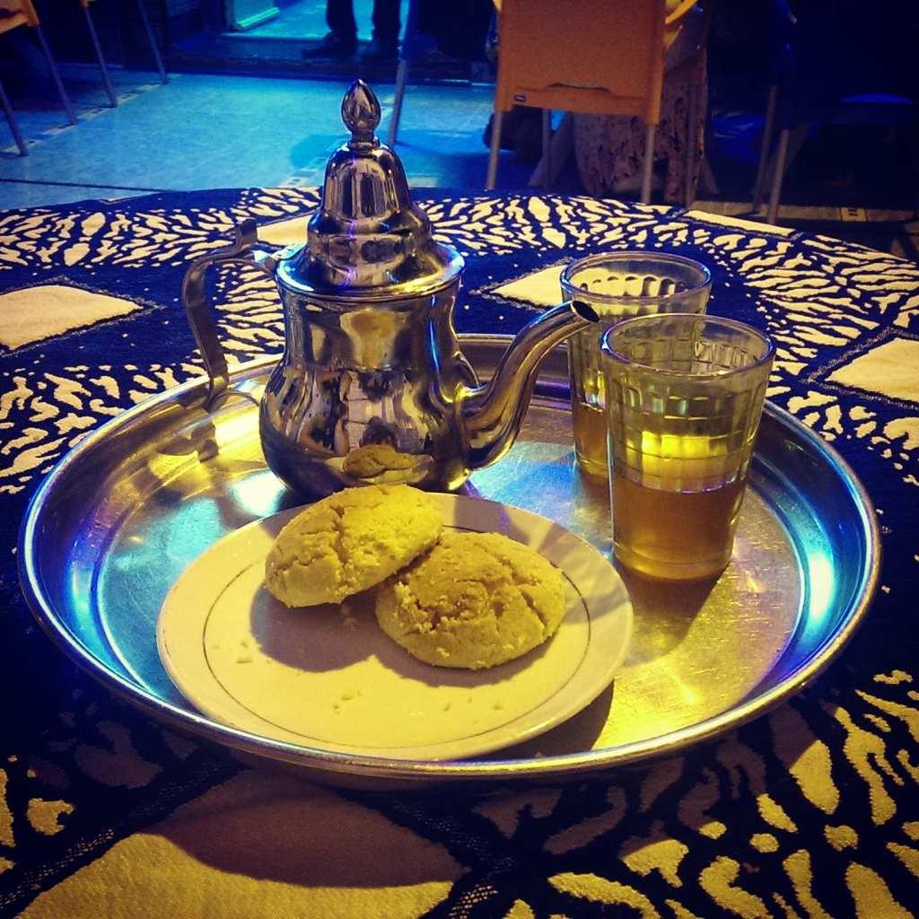 Мятный чай с печеньем