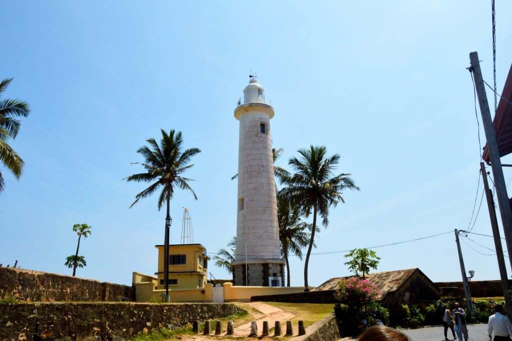 Белый маяк и пальмы