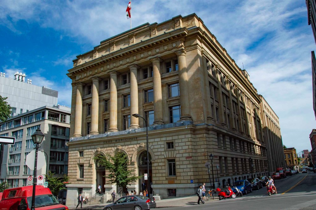 Здание с колоннами из желтого печаника - Старый Монреаль