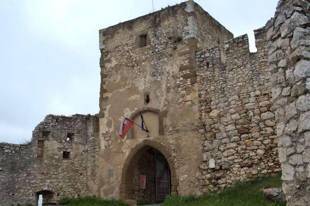 Башня с воротами