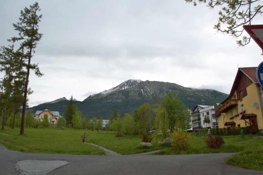 Горы весной в пасмурную погоду