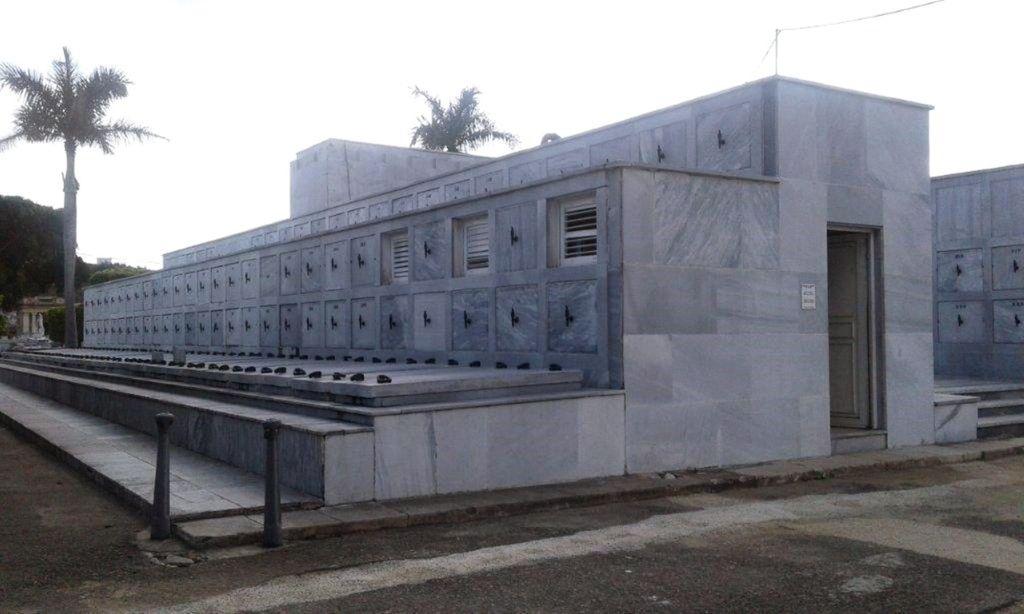 ТУмбы с прахом мертвых - кладбище Колон в Гаване