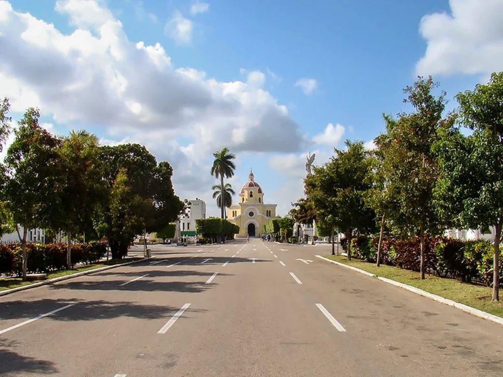 широкие улицы на кладбище Колон в Гаване