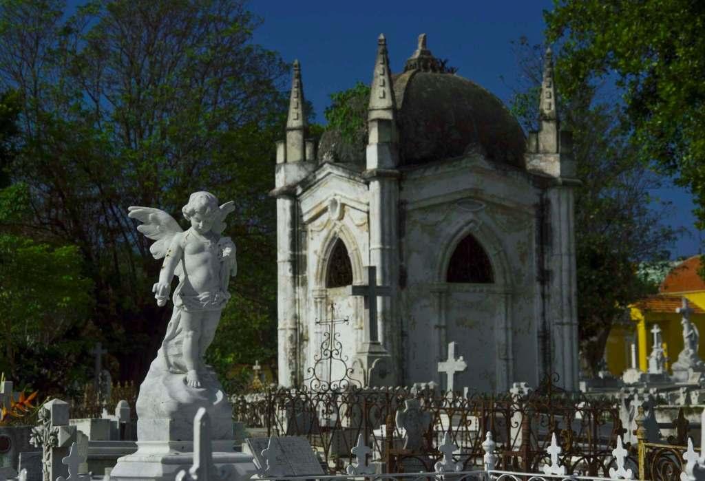 Часовня и фигура ангела на католическом кладбище
