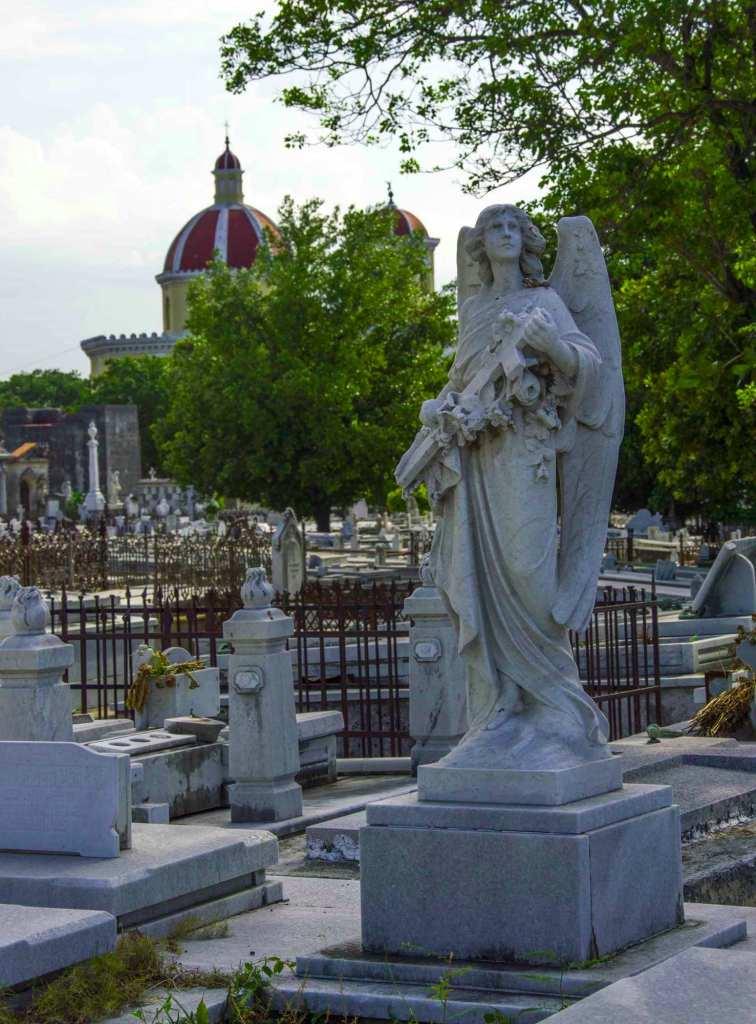 Фигура девы на кладбище Колон в городе Гавана