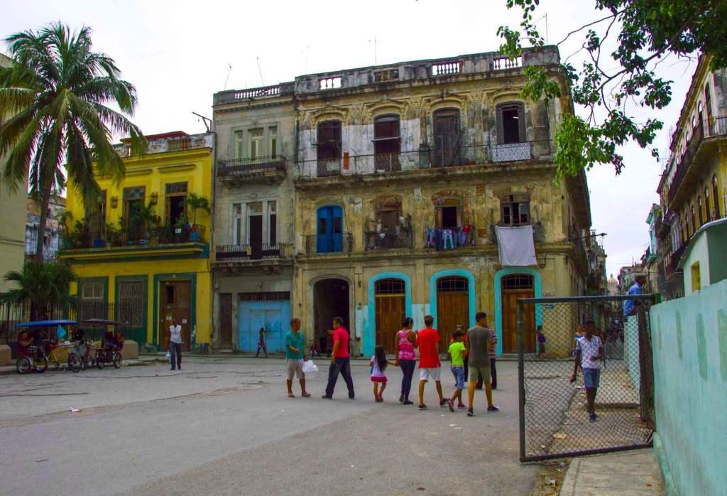 Кубинская семья гуляет по центру столицы