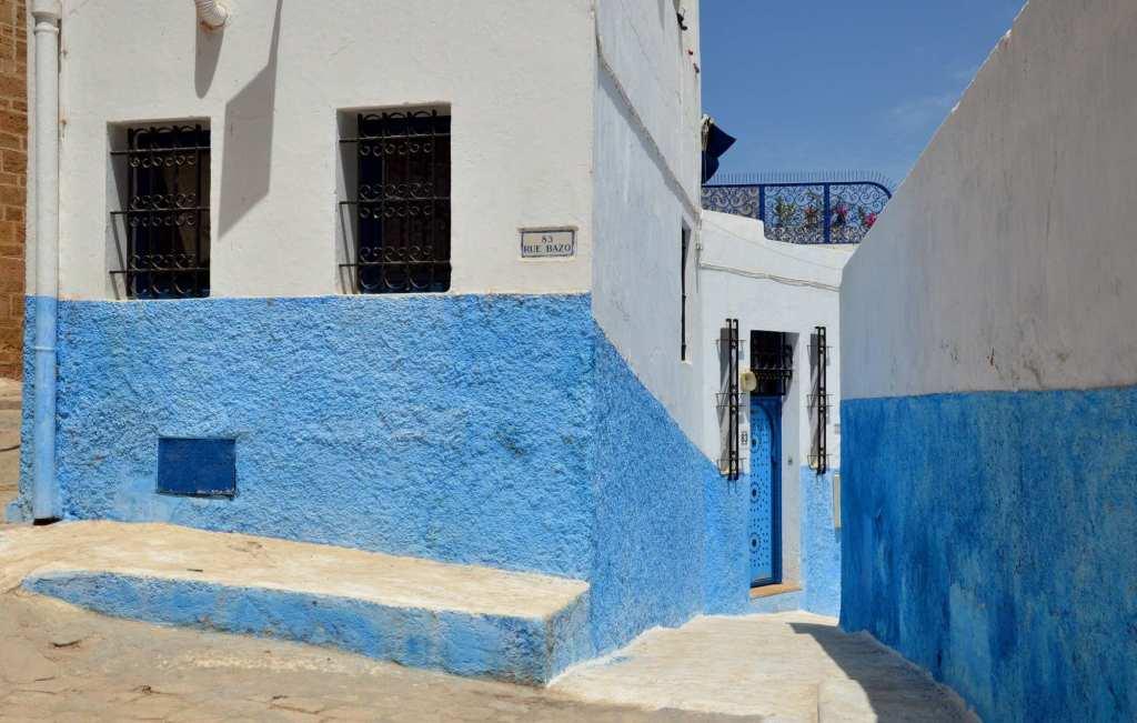 Белый дом с голубой стеной Марокко