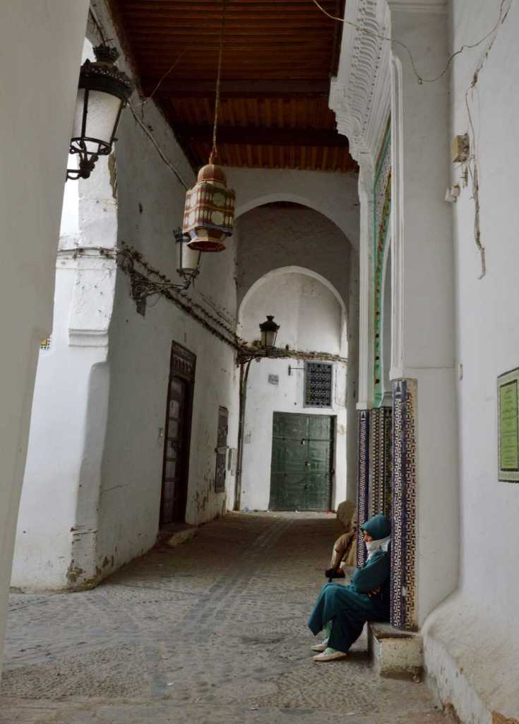 тихий переулок у мечети и мусульмаснкая женщина