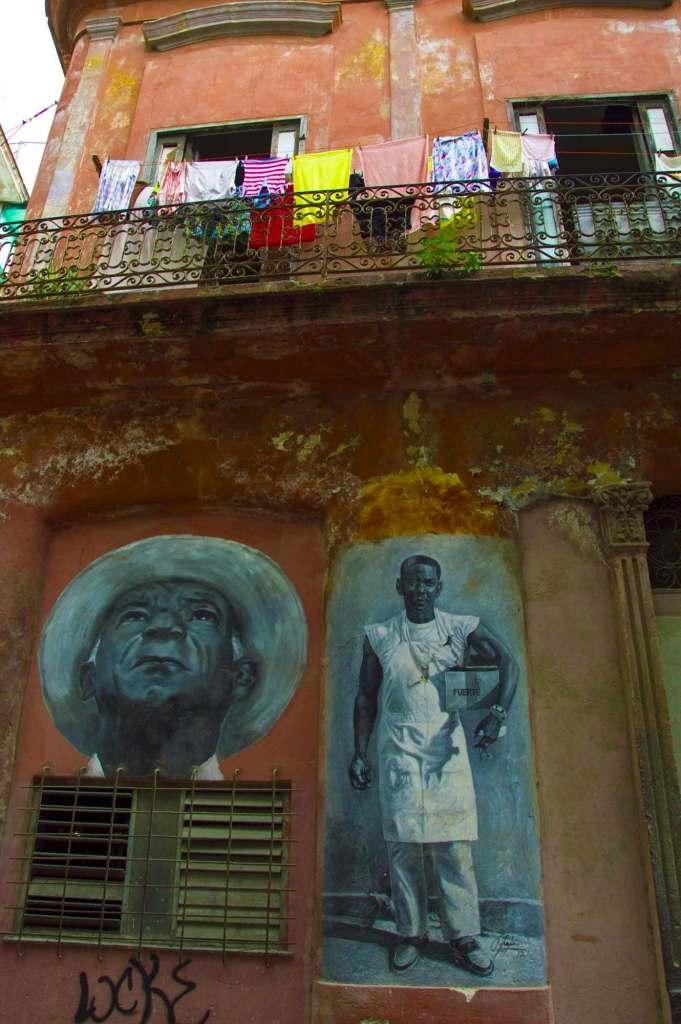 Граффити и белье на веревке - Гавана