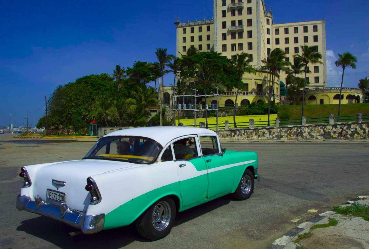 Ретро кар у отеля Насьональ де Куба
