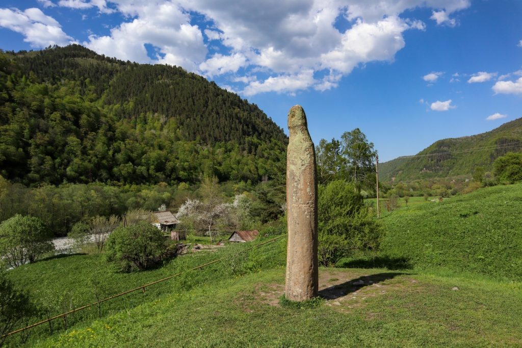 Аланское городище в Нижнем Архызе - статуя воина