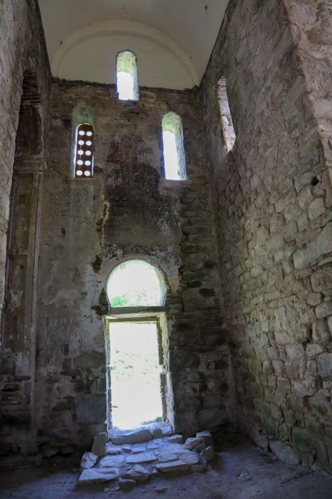 Внутри церкви - аланское городище в Нижнем Архызе