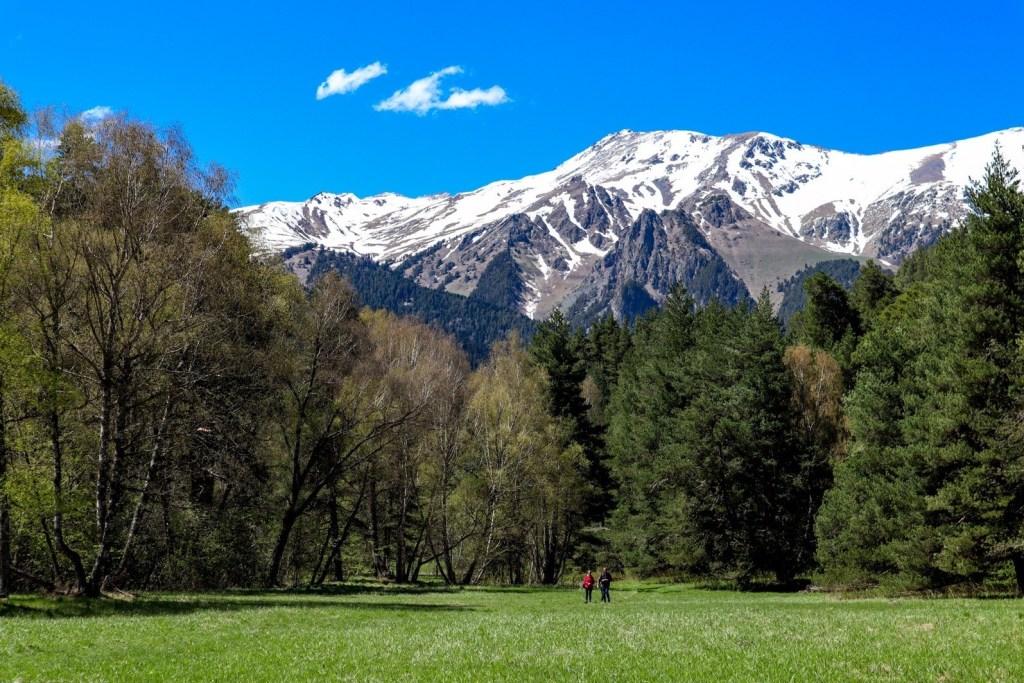 люди на фоне заснеженных гор