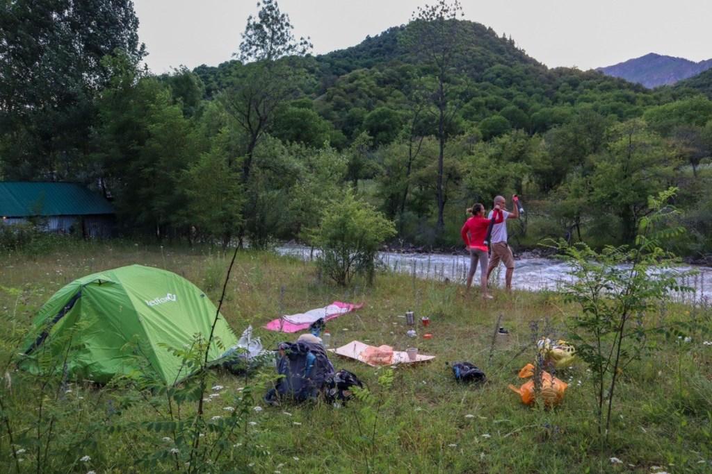 палаточный лагерь у реки