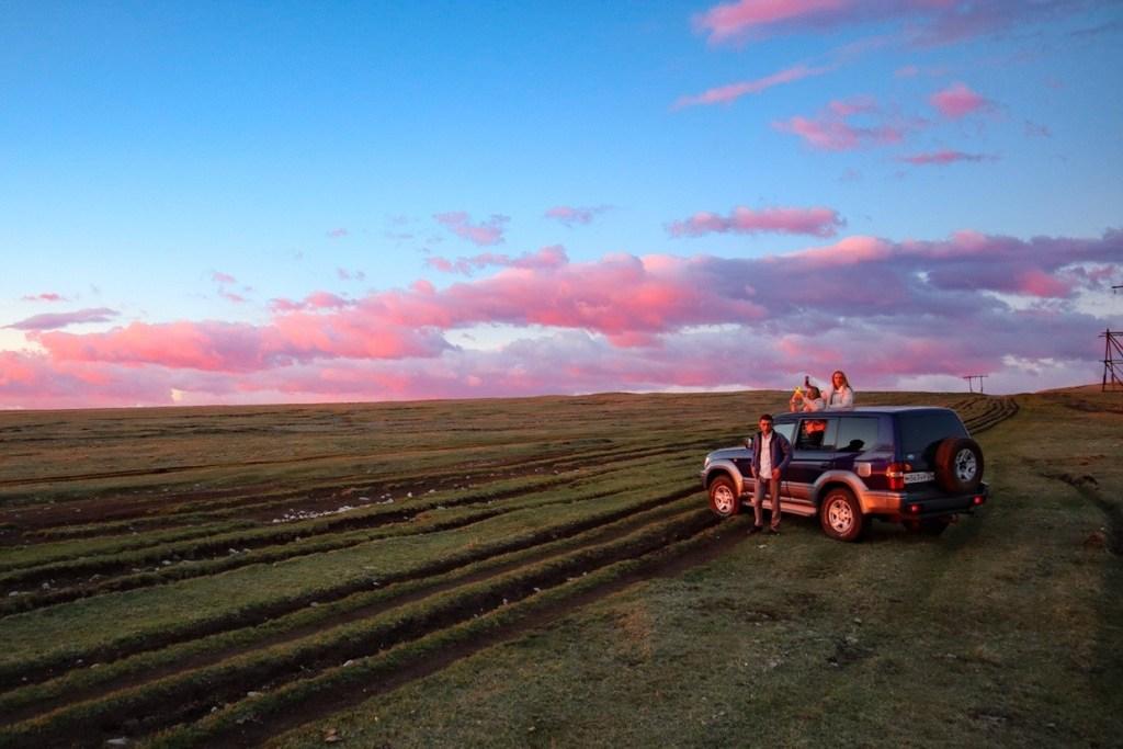 Машина в розовых лучах рассветного солнца