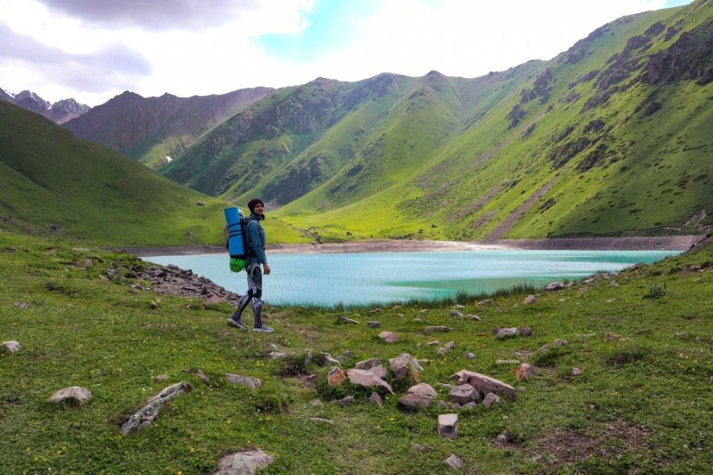 турист идет на озеро Кель-Тор с рюкзаком