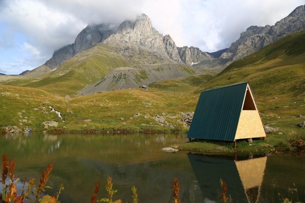 домик у озера грузия