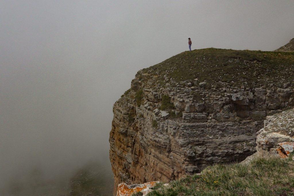 человек на скале в тумане