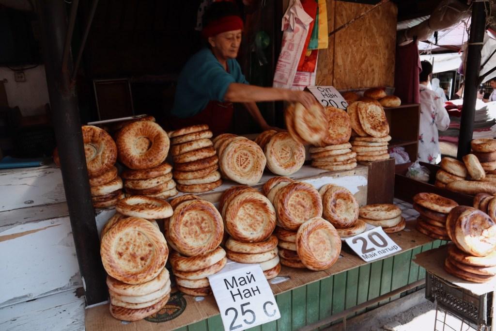 торговка хлебом на рынке