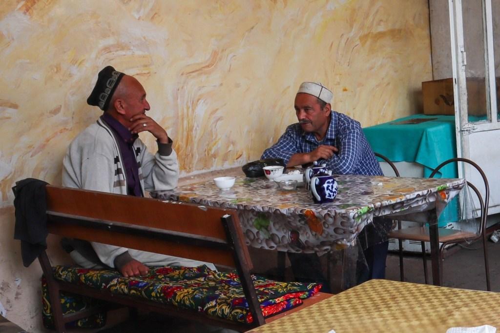 Двое мужчин пьют чай в чайхане