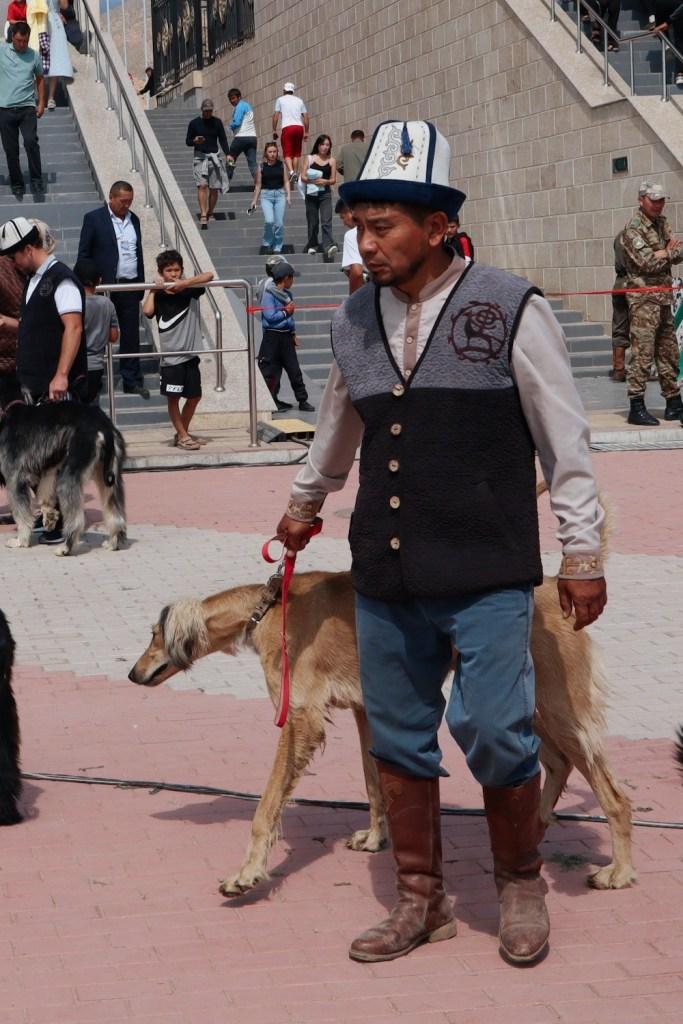 Киргизский охотник с борзой собакой