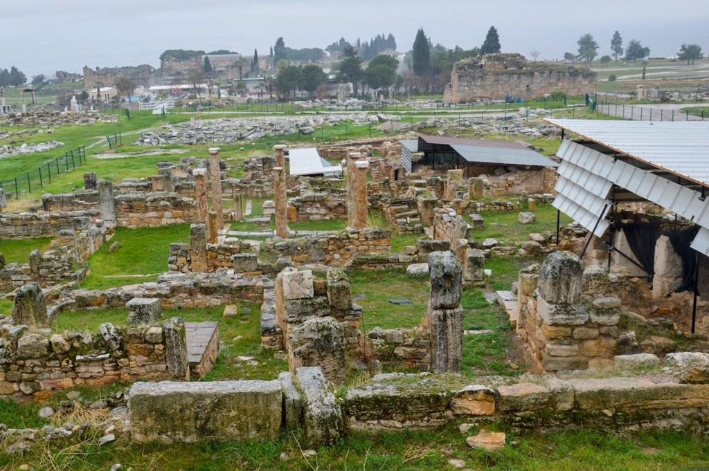 Фундамент и остатки колонн — археологические раскопки