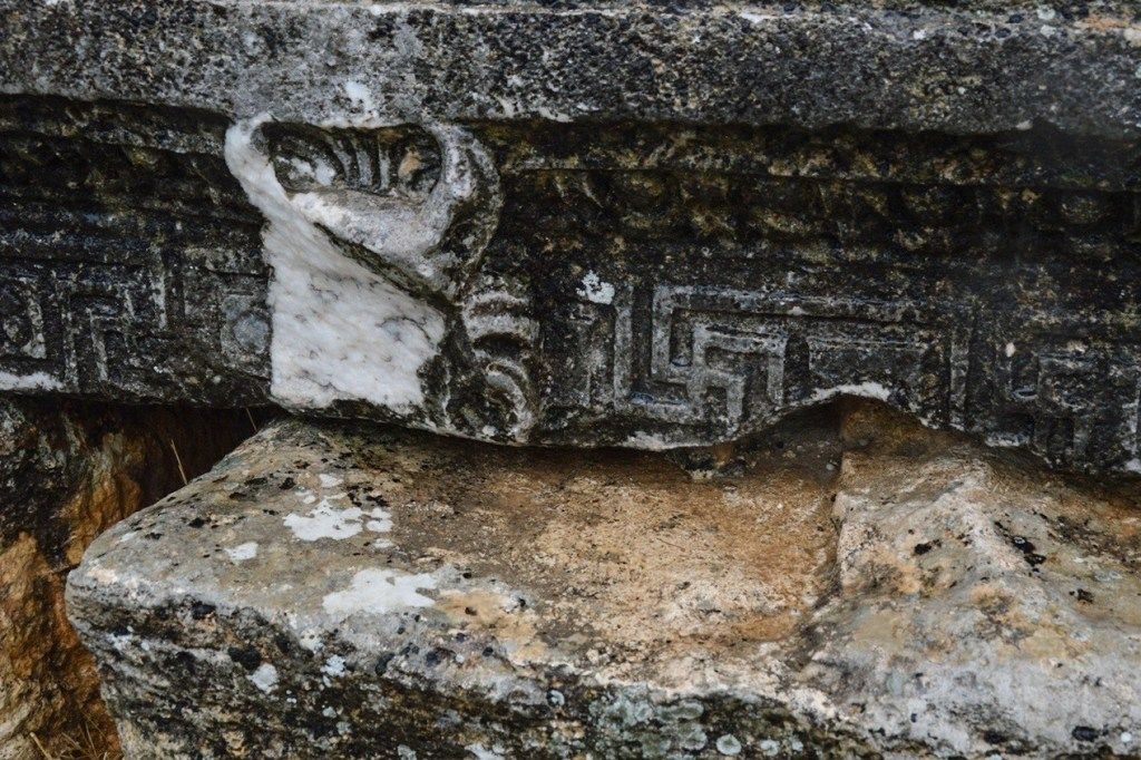 резьба по камню: бык и свастика
