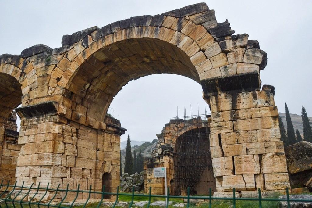 Полуразрушенная арка