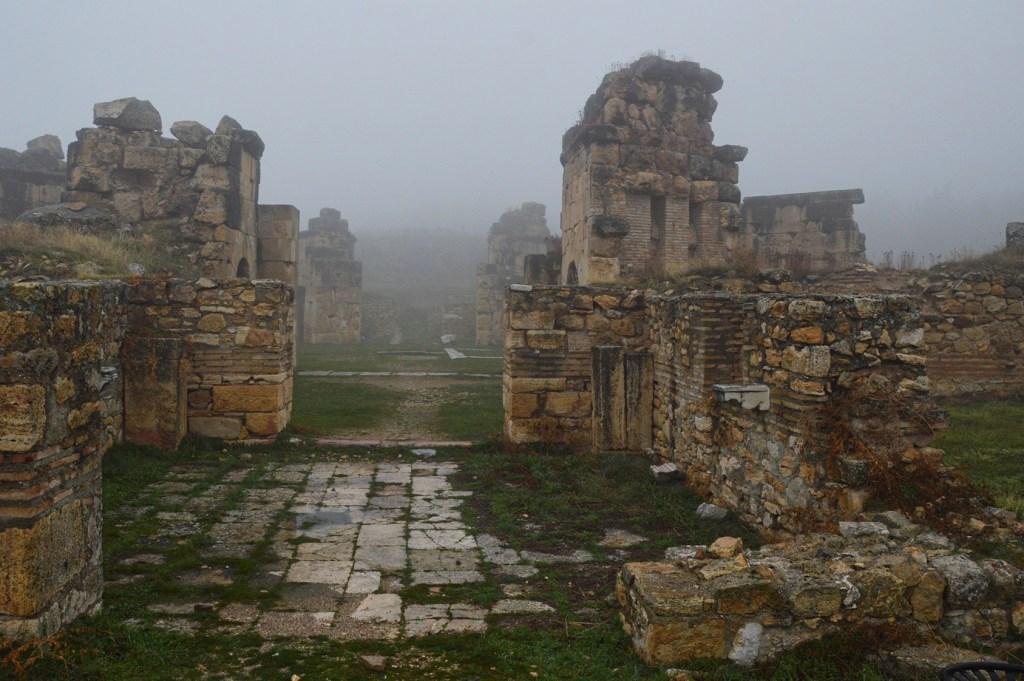 Разрушенное каменное здание в тумане