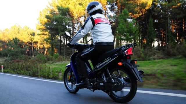 2011-Yamaha-Crypton-EU-Yamaha-Blue-Action-002