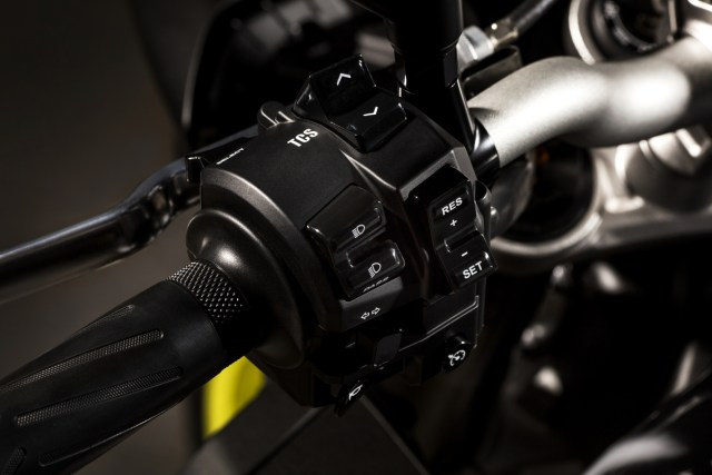2016_YAMAHA_MT10_EU_LEFT-SWITCH