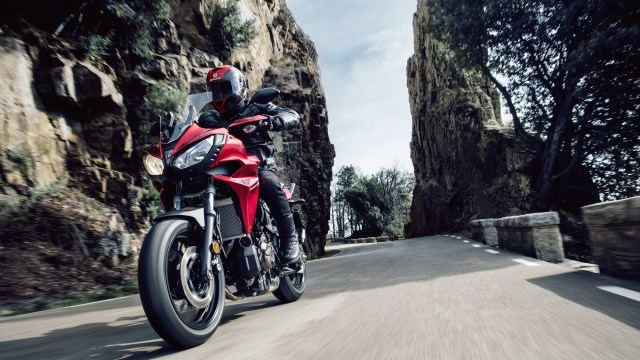 2016-Yamaha-MT07TR-EU-Radical-Red-Action-001