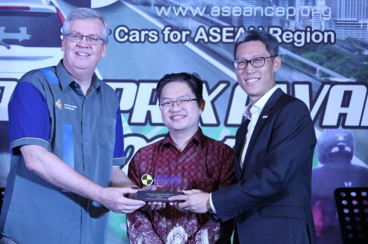 1-simong-song-managing-director-of-bosch-receiving-an-award-from-david-ward-secretary-general-of-global-ncap-far-left-and-professor-dr-wong-shaw-voon-chairman-of-asean-ncap-middle