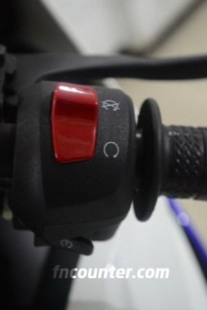 Yamaha YZF-R15, Panel Kanan