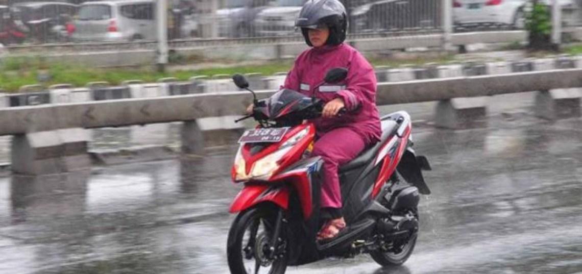 Tips-Aman-Berkendara-Motor-Saat-Hujan-1200x565.jpg