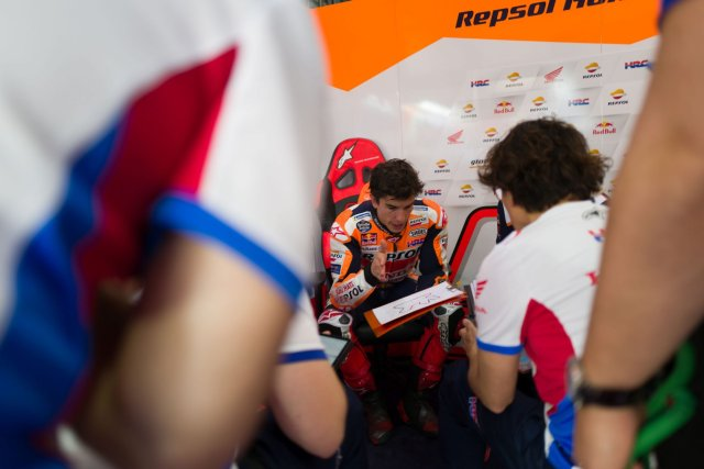 Marc Márquez habla con sus mecánicos en el box