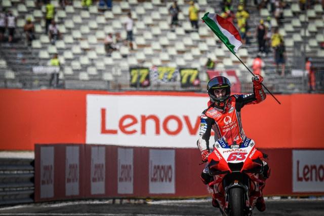 Pecco Bagnaia en Misano con la bandera italiana