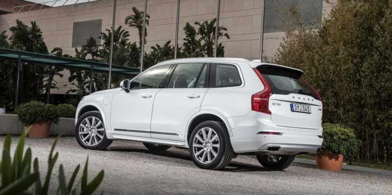 2016-volvo-xc90-t8-driver-side-rear-quarter-view