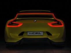 Der neue BMW 3.0 CSL Hommage – unverkennbares Nachtdesign mit erleuchtetem Heckflügel.