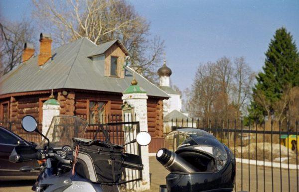 Einer der besseren Picknickplätze: Motorrad BMW R 1200 GS vor einer russischen Dorfkirche beim Picknick in Swenigorod, Moskowskaja obl.Russland