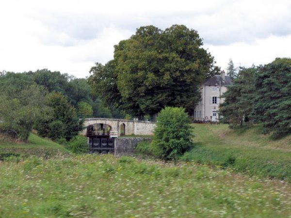 Schleuse am Loire-Seitenkanal in Frankreich als Picknickplatz