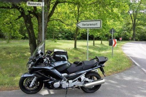 Bild einer scharzen Yamaha FJR 1300 an einer einsamen Straßenkreuzung in Brandenburg vor dem Verkehrsschild Verlorenort