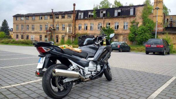Keiner der guten Picknickplätze: Gestrandete Yamaha FJR 1300 auf einem Discounter-Parkplatz in Luckenwalde, weil versäumt wurde, beste Picknickplaetze fuer Motorradfahrer zu finden