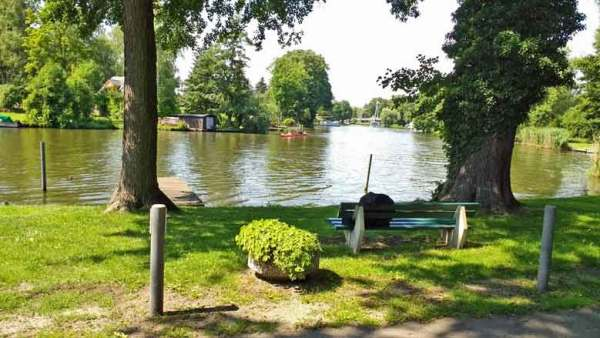 Dahme-Fluss, gesehen vom Restaurant Fährhaus in Dolgenbrodt in Brandenburg aus bei einer Motorradtour Dahme Heideseen