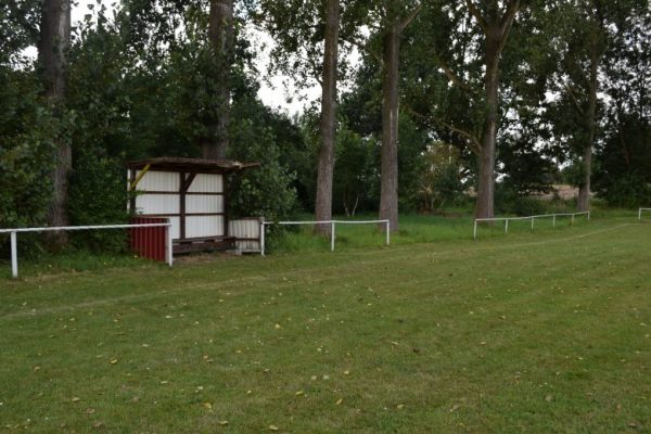 Häuschen auf einem dörflichen Sportplatz als Notlösung für beste Picknickplätze für Motorradfahrer