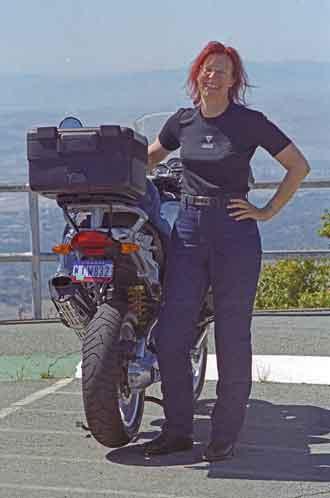 Rothaarigen Motorradfahrerin vor einer BMW R 1200 GS bei einer Motorradtour auf den Mt. Diablo in Kalifornien