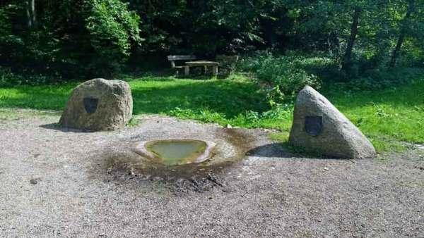 Rekonstruierte Havelquelle mit Findlingen im Mueritz-Nationalpark