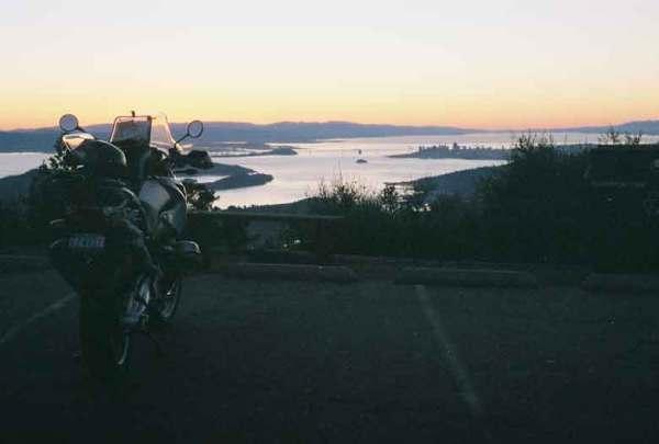 Blick über die San Francisco Bay bei Sonnenaufgang bei einer Motorradtour auf den Mt. Tamalpais in Kalifornien