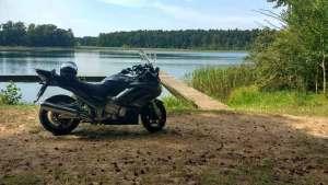 Bild von einer schwarzen Yamaha FJR 1300 bei einer Mittagsrast am Muehlensee bei einer Motorradtour zur Havelquelle
